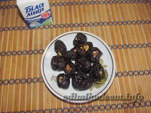 Чернослив с орехами и взбитыми сливками
