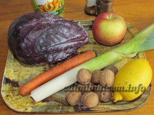 Салат с краснокочанной капустой, луком порей и яблоком