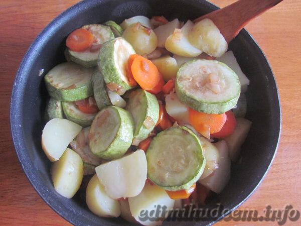 Тушим картофель с кабачками