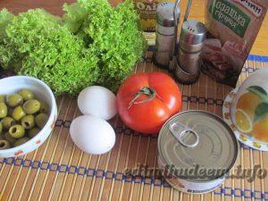 Салат с тунцом, яйцами и оливками