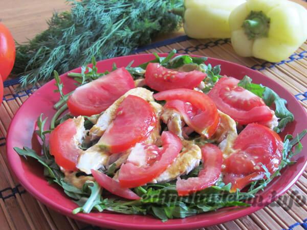 Салат из рукколы с куриной грудкой