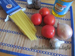 макароны с помидорами и чесноком