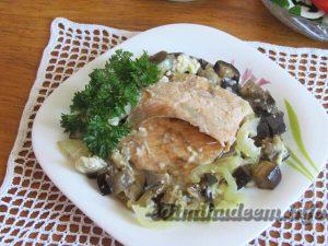 лосось с баклажанами в духовке
