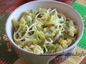 салат с луком пореем и яйцом
